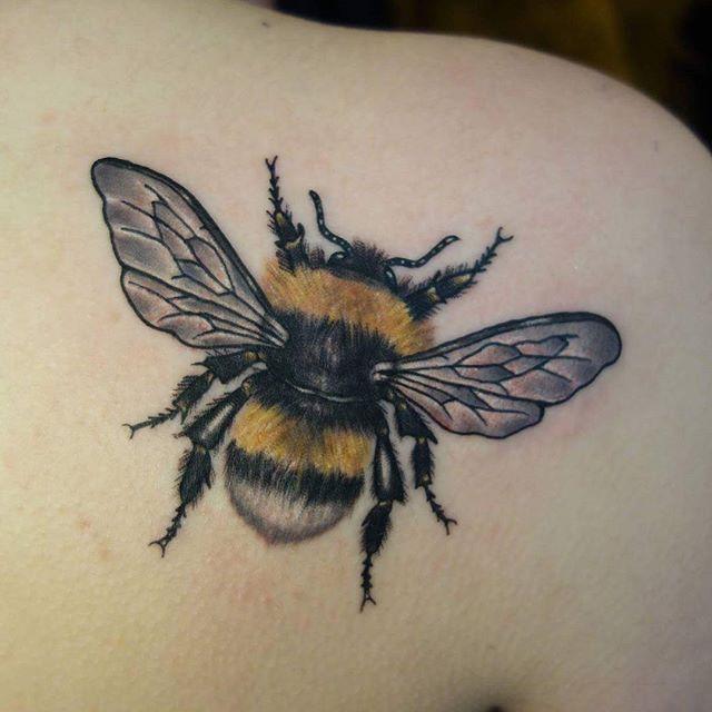 Respect the bee @joshhingston11   @yayofamilia